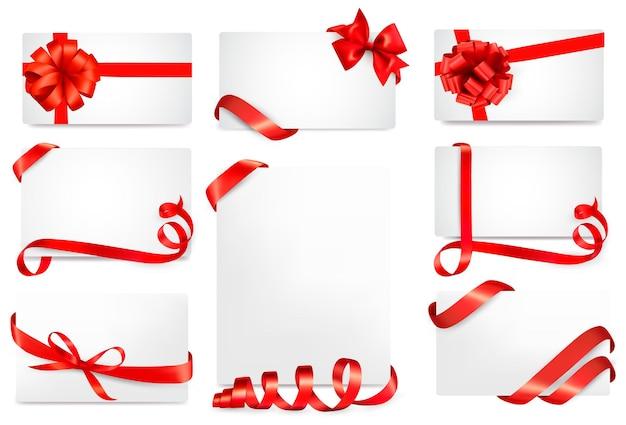 Zestaw kart podarunkowych z czerwonymi kokardkami ze wstążkami