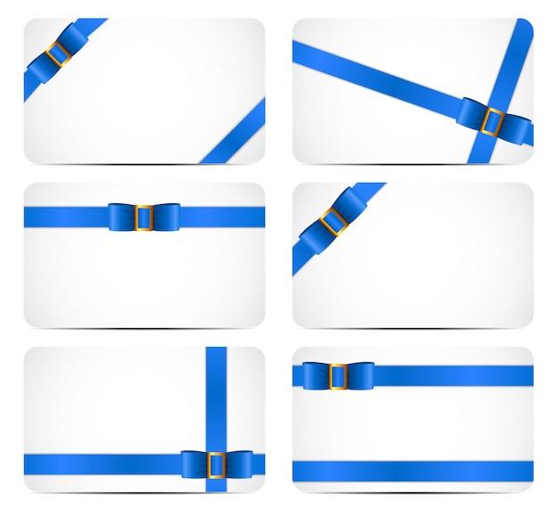 Zestaw kart podarunkowych z niebieską wstążką i kokardą.