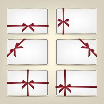 Zestaw kart podarunkowych ze wstążkami.