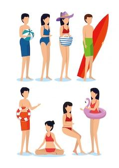 Zestaw kobiet i mężczyzn na sobie strój kąpielowy z piłką i deską surfingową