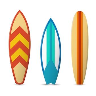 Zestaw kolorowych desek surfingowych.