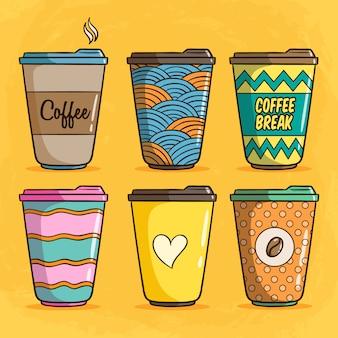 Zestaw kolorowych ilustracji papierowej filiżanki kawy z ładny styl doodle na żółtym tle