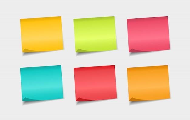 Zestaw kolorowych karteczek samoprzylepnych. naklejki na notatki papierowe. uwagi do wiadomości.