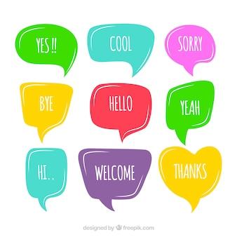 Zestaw kolorowych mowy bąbelków ze słowami