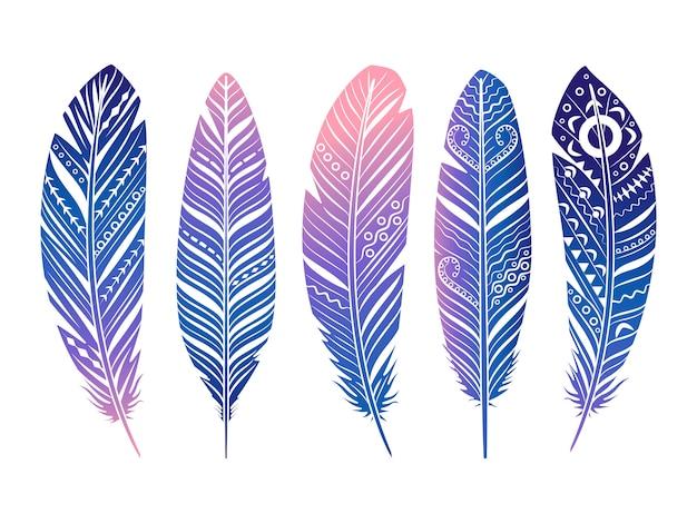 Zestaw kolorowych piór. ręcznie naszkicowanych plemiennych piór na białym tle
