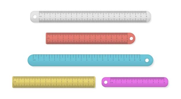 Zestaw kolorowych plastikowych linijek pomiarowych na białym tle.