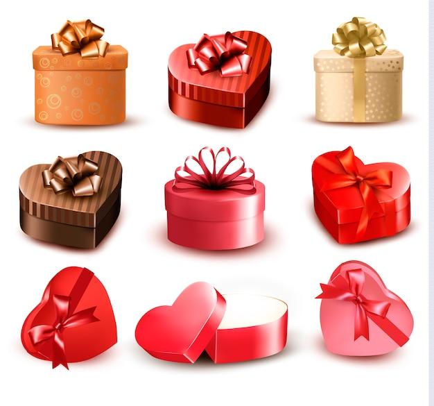 Zestaw kolorowych pudełek prezentowych w kształcie serca z kokardkami i wstążkami.