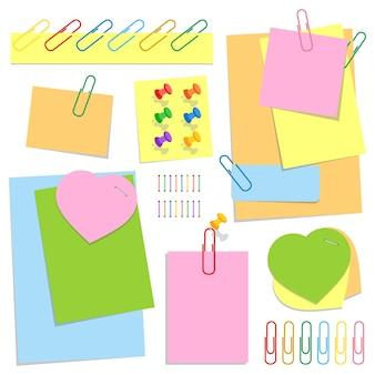 Zestaw kolorowych samoprzylepnych arkuszy biurowych o różnych kształtach, pinezek i spinaczy.