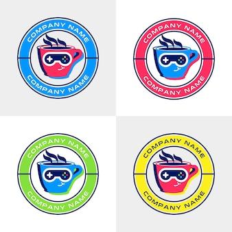 Zestaw kolorowych szablonów logo filiżanki kawy z okularami przeciwsłonecznymi z joystickiem do kawiarni z motywami gier