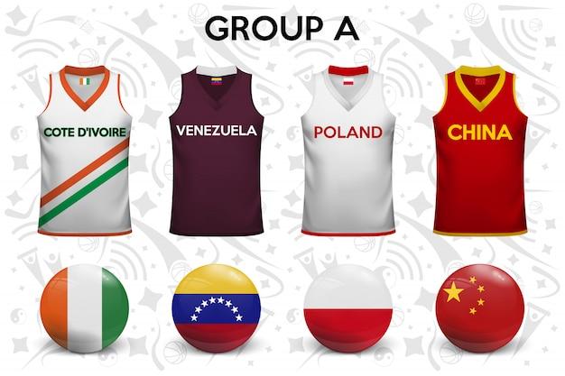 Zestaw koszulek i flag drużyn narodowych.