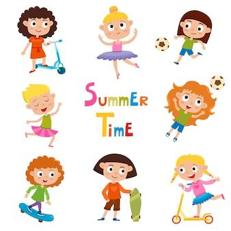 Zestaw letnich dziecięcych zajęć na świeżym powietrzu na białym tle, ładne dziewczyny z kreskówek na łyżwach, kopanie piłki, taniec i jazda na hulajnodze.
