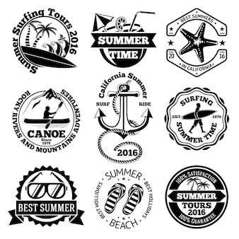 Zestaw letnich etykiet podróżniczych z surfingiem, kajakiem, kotwicą, okularami przeciwsłonecznymi, palmami itp.