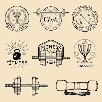 Zestaw logo fitness. ręka naszkicowała atletyczne znaki. ilustracja herby siłowni.