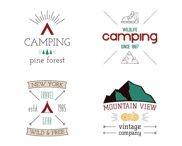 Zestaw logo kempingów górskich. ręcznie rysowane odznaki podróży turystycznych, emblematy dzikiej przyrody. eksplorator oznacza koncepcje. ilustracje wanderlust. wektor łaty na białym tle.