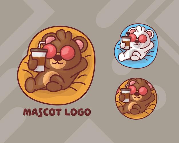 Zestaw logo maskotki słodkiego misia pijącego kawę z opcjonalnym wyglądem.
