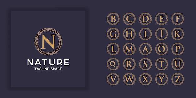 Zestaw logo monogram luksusowy ornament pierwsza litera. luksusowy złoty początkowy szablon logo alfabetu