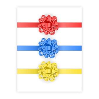 Zestaw łuków w kolorach czerwonym, niebieskim i żółtym na białym tle