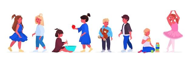 Zestaw mali chłopcy dziewczęta stojące razem kolekcja słodkie dzieci koncepcja dzieciństwa kobiece męskie postaci z kreskówek poziome pełnej długości ilustracji wektorowych