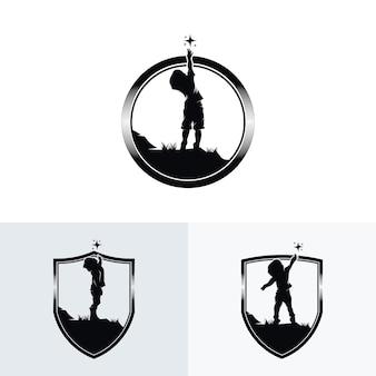 Zestaw małych dzieci osiąga logo gwiazdy