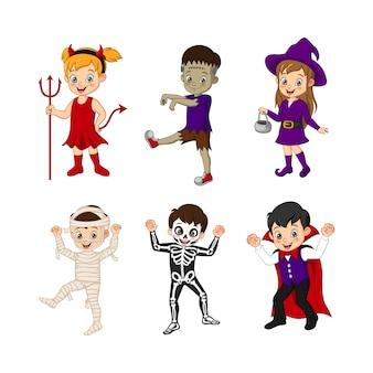 Zestaw małych dzieci w kostiumach na halloween