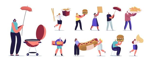 Zestaw małych postaci męskich i żeńskich wchodzących w interakcję z fastfoodem. mężczyźni i kobiety z ogromnym burgerem, hot dog z musztardą, frytki na białym tle. ilustracja wektorowa kreskówka ludzie