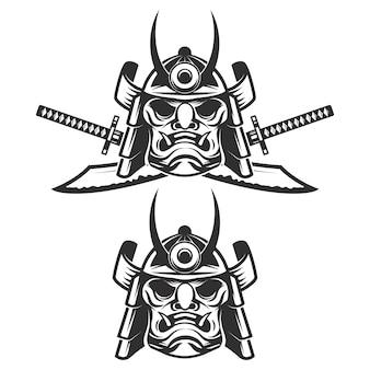 Zestaw maski samuraja ze skrzyżowanymi mieczami na białym tle. elementy, etykieta, godło, znak, znak marki. ilustracja.