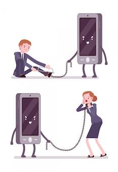 Zestaw mężczyzny i kobiety jest niewolnikiem smartfona