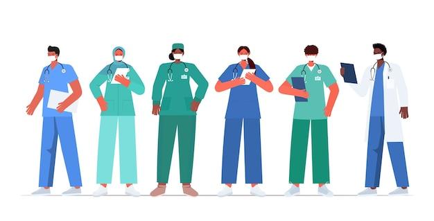 Zestaw mieszanych lekarzy wyścigowych w mundurach i maskach, aby zapobiec koronawirusowi
