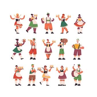 Zestaw mix kelnerów wyścigu trzymając kufle do piwa oktoberfest party celebracja koncepcja szczęśliwi ludzie w niemieckich tradycyjnych strojach zabawy na białym tle