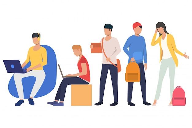 Zestaw młodych studentów zajęty różnymi czynnościami