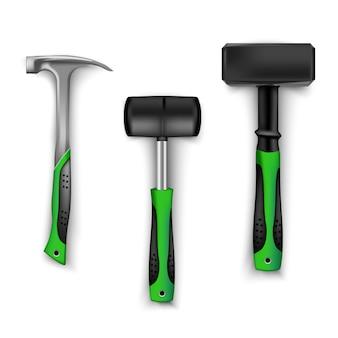 Zestaw młotków budowlanych w różnych rozmiarach, metalowych i gumowych do płytek z gumowymi uchwytami w kolorze czarnym i zielonym. narzędzie dla kierowców, budowniczych i rzemieślników na białym tle. młotek na białym tle