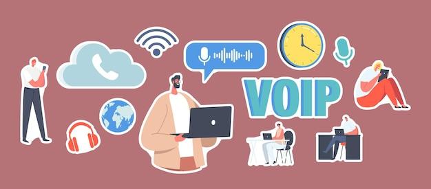 Zestaw naklejek technologii voip, koncepcja voice over ip. postacie używają telefonii, systemu telekomunikacyjnego za pośrednictwem pamięci w chmurze. połączenie z bezprzewodową siecią telefoniczną. ilustracja wektorowa kreskówka ludzie