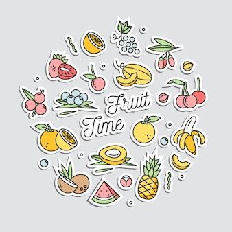 Zestaw naklejek w naszywki i szpilki z kreskówkowymi owocami. różne naklejki. szalone gryzmoły letnie egzotyczne owoce.