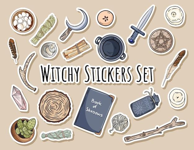 Zestaw naklejek witchy. kolekcja magicznych przedmiotów do okultystycznych rytuałów wiccan. ręcznie rysowane pogańskie elementy gryzmoły.