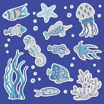Zestaw naklejek z abstrakcyjnymi ręcznie rysowanymi rybami morskimi, meduzami, konikiem morskim z wzorami, algami i koralowcami.