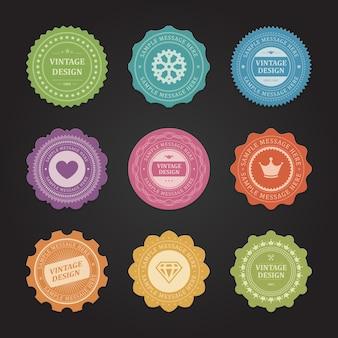 Zestaw naklejek z wytartymi etykietami vintage. fioletowe serce i pomarszczona pomarańczowa korona promują nowe marki. żółte diamentowe ozdoby i koła zębate na certyfikaty jakości sezonowe rabaty.