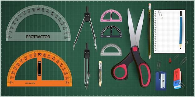 Zestaw narzędzi pomiarowych: linijki, trójkąty, kątomierz.