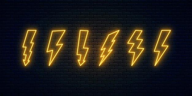 Zestaw neonowych błyskawic. kolekcja neonowych symboli wyładowań elektrycznych. znak grzmotu i energii elektrycznej. projekt banera, jasne elementy szyldu reklamowego. ilustracja wektorowa. piorun wysokiego napięcia.