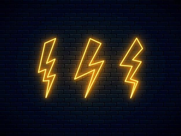 Zestaw neonowych błyskawic. neonowy symbol pioruna wysokiego napięcia. wyładowanie elektryczne. znak grzmotu i energii elektrycznej. projekt banera, jasne elementy szyldu reklamowego. ilustracja wektorowa.
