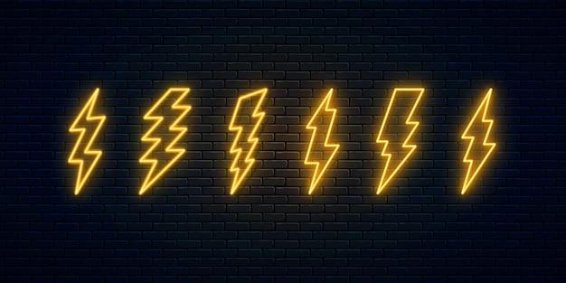 Zestaw neonowych błyskawic. sześć neonowych symboli wyładowań elektrycznych. znak grzmotu i energii elektrycznej. projekt banera, jasne elementy szyldu reklamowego. ilustracja wektorowa. piorun wysokiego napięcia.