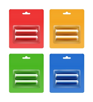 Zestaw niebieskich, niebieskich, czerwonych, zielonych, żółtych złotych błyszczących baterii alkalicznych aa w niebieskozielonym, niebieskim, czerwonym, zielonym, żółtym, pomarańczowym blistrze zapakowany do brandingu zamknij się na białym tle.