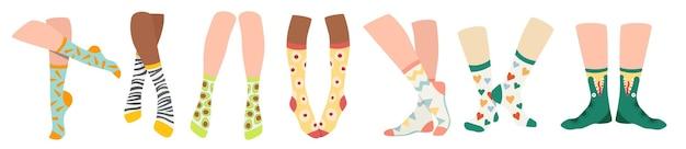 Zestaw nóg w skarpetkach, modne bawełniane długie skarpetki z kolorowymi nadrukami. nowoczesny projekt kolekcji na specjalne okazje i na co dzień na białym tle. ilustracja kreskówka wektor