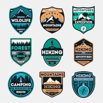 Zestaw odznak na białym tle wyprawy piesze wycieczki