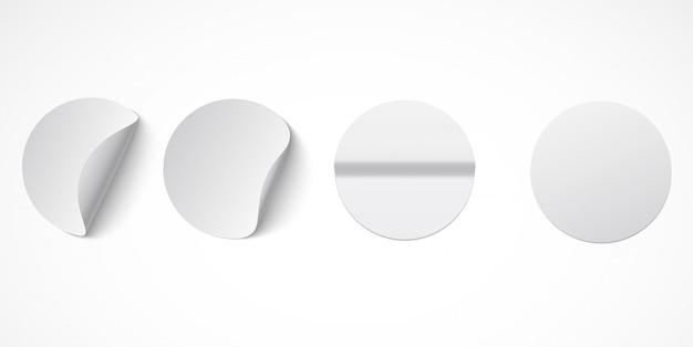 Zestaw okrągłych białych samoprzylepnych etykiet z zagiętymi krawędziami.