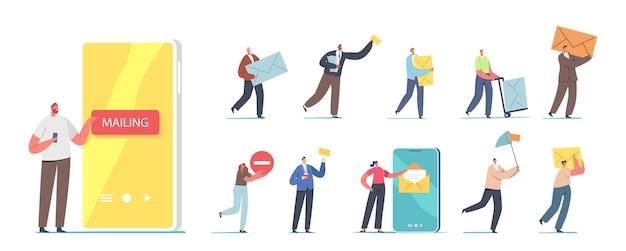 Zestaw osób wysyłających i odbierających pocztę. małe męskie i żeńskie postacie z ogromnym smartfonem, listonosz z polem paczki, usługi pocztowe na białym tle. ilustracja kreskówka wektor