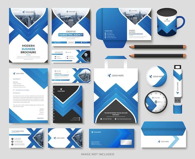 Zestaw papeterii z firmowym brandingiem na niebiesko podkreślonym profesjonalnym kolorem i nowoczesnymi kształtami