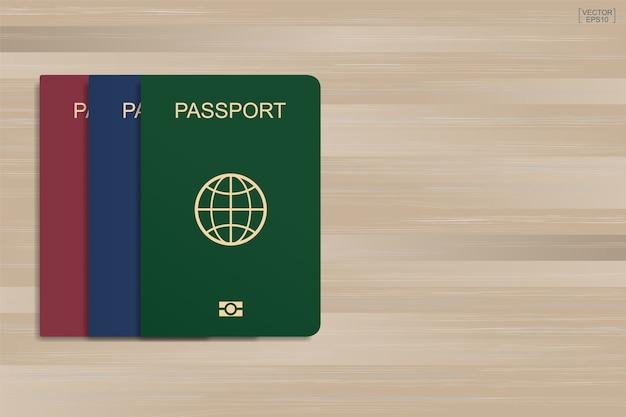 Zestaw paszportu na tle drewna.