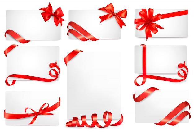 Zestaw pięknego prezentu z czerwonymi kokardkami prezentowymi ze wstążkami