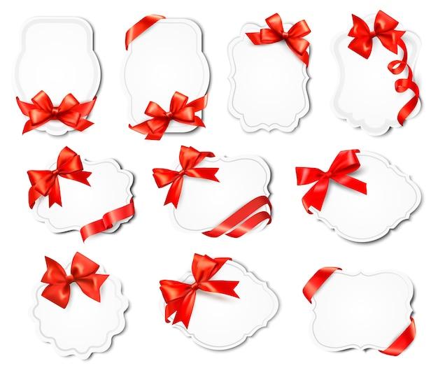 Zestaw pięknych kart z czerwonymi kokardkami prezentowymi ze wstążkami