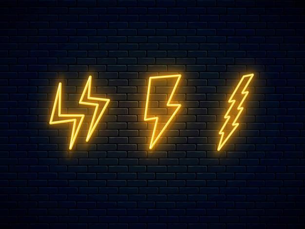 Zestaw piorunów neonowych. symbol neonowy pioruna wysokiego napięcia. trzy znaki błyskawicy, grzmotu i prądu.
